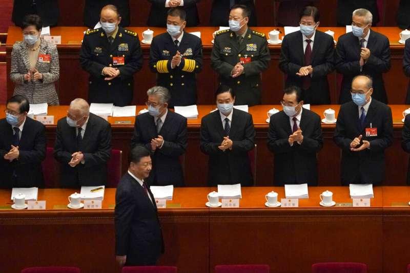 中國第十三屆全國人民代表大會第四次會議在北京召開,習近平在人大代表們的掌聲中進場。(美聯社)