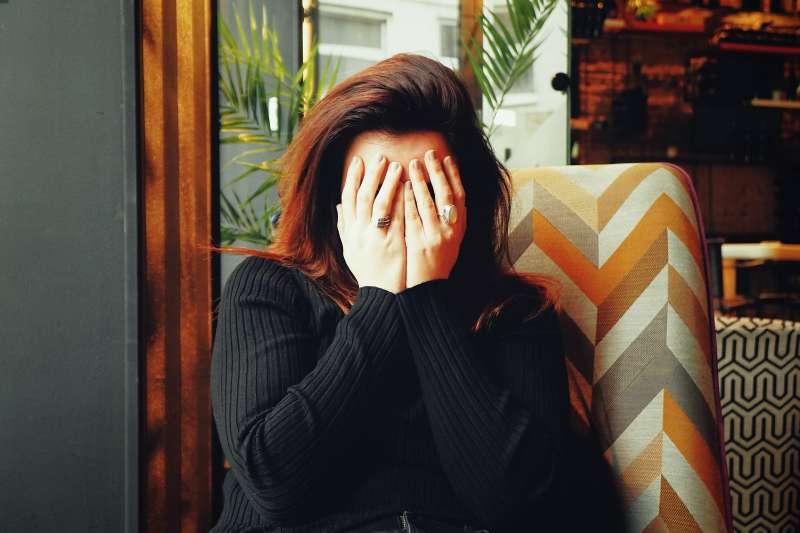 跨國調查發現,至少1/3女性在職場上會掩飾更年期帶來的不適症狀。(Ivan Aleksic@Unsplash)