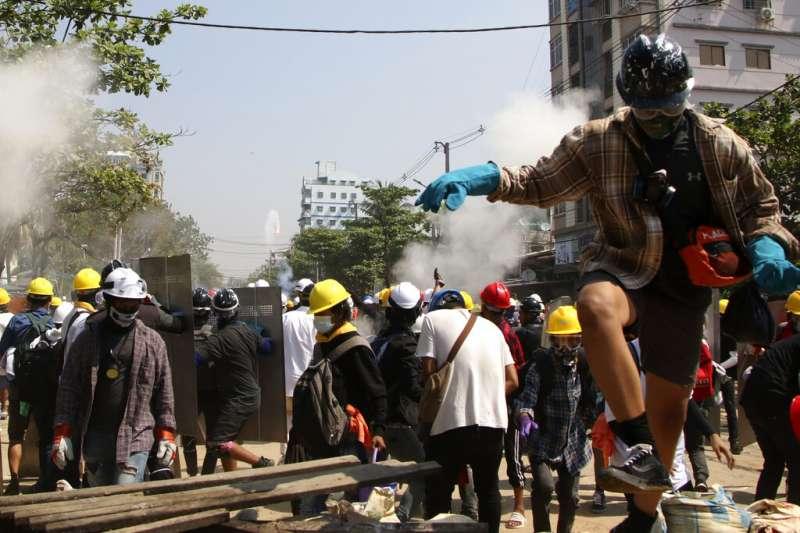 緬甸的鎮暴警察7日在仰光發射催淚瓦斯,試圖驅散抗議民眾。(美聯社)