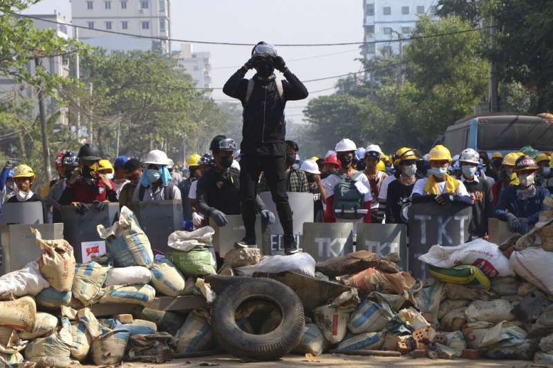 反對軍政府發動「政變」的抗議民眾7日在仰光街頭與鎮暴警察對峙。(美聯社)