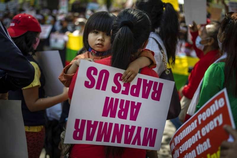旅居印度的緬甸民眾在新德里街頭示威,反對軍政府發動「政變」。(美聯社)