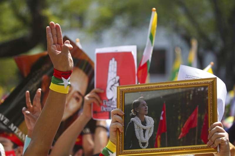旅居泰國的緬甸民眾在曼谷街頭示威,聲援遭到拘禁的翁山蘇姬。(美聯社)