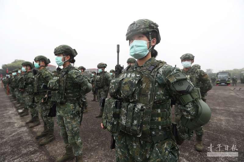 20210309-官兵頭戴特戰型高耳頭盔,胸前彈匣袋插滿。(取自青年日報)