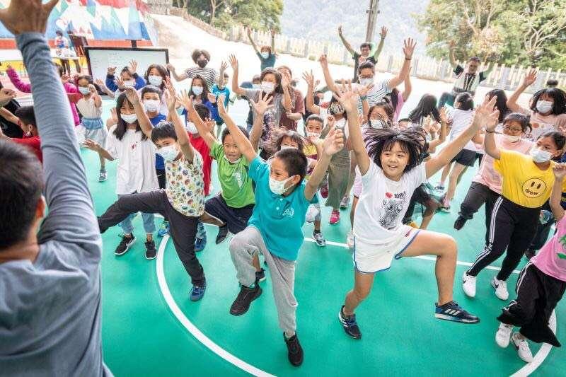 雲門在去年啟動蒲公英計畫,預計3年走遍教育部認定為極偏、特偏遠的262所學校,去年已走過67校,今年也將持續。(雲門提供)