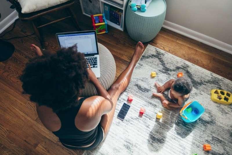 疫情之下,職場母親苦苦支撐。(截自推特)
