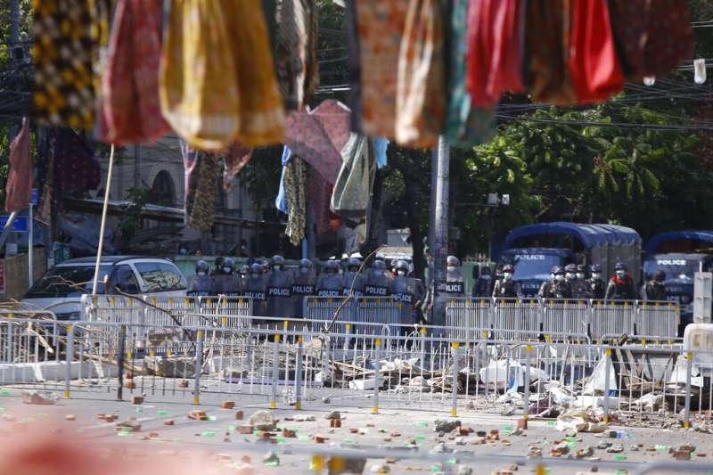 緬甸軍隊、緬甸軍政府、緬甸示威、緬甸政變。緬甸街頭懸掛婦女布裙以防止軍隊經過。(AP)