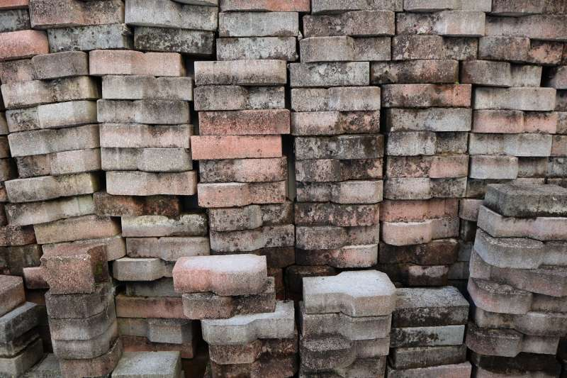 示意圖。能源商摩科瑞遇上離譜詐騙案,花了3600萬美元訂購的銅塊竟然只是一堆石頭。(Divide By Zero@Unsplash)