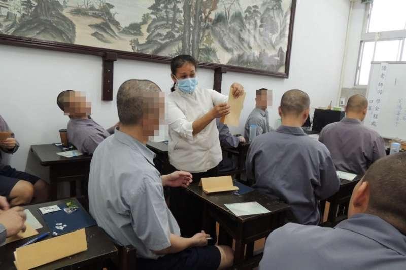 圖為慈濟師姐為受刑人教授「茶帖」。(法務部矯正署花蓮監獄官方臉書)
