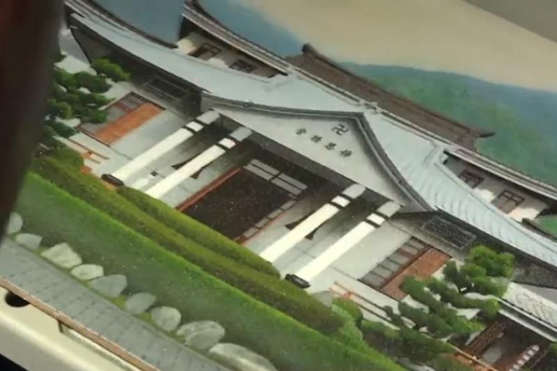 受刑人以沙畫繪製的花蓮慈濟精舍。(youtube截圖)
