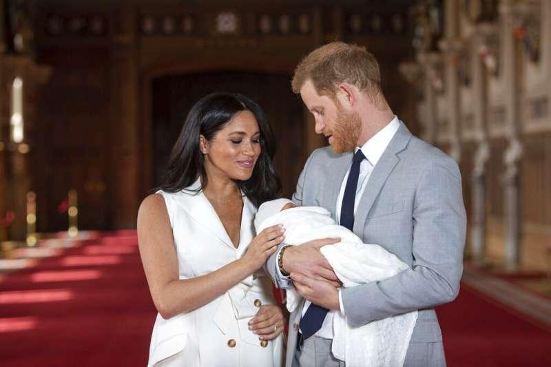 2018年,英國女王伊莉莎白跟自己的王子王孫在白金漢宮陽台上的和樂身影。(美聯社)
