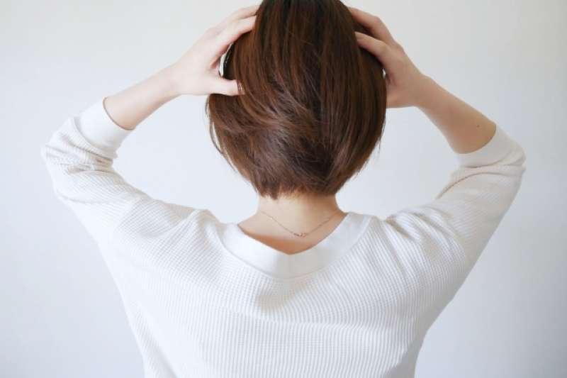生理期造成的偏頭痛是很多女性的困擾,不僅讓身體不適,更嚴重影響生活。(圖/取自photoAC)