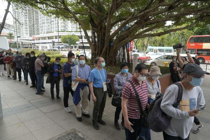 香港民眾排隊接種中國科興疫苗。(AP)