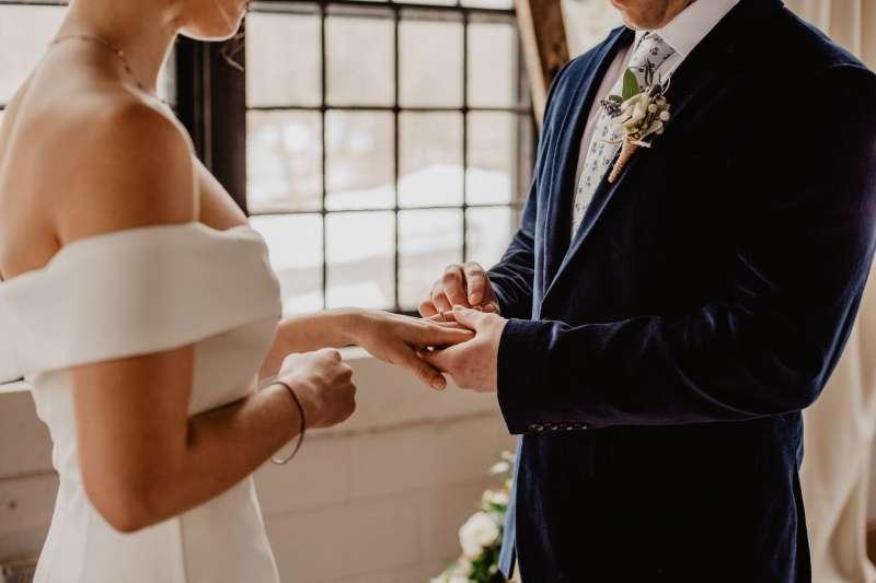 結婚不一定能讓一個人後半輩子過的幸福,但能確定的是這世界上只有你自己能給自己快樂!(圖/取自Emma Bauso@Pexels)