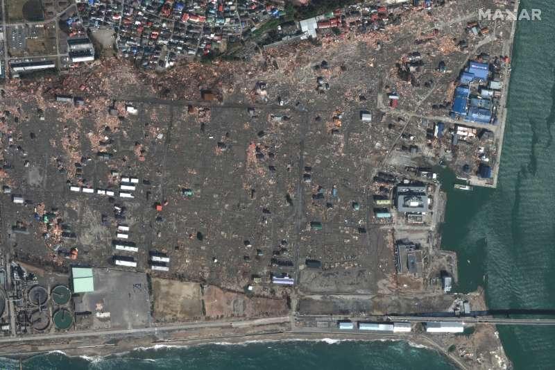 311浩劫十周年。圖為2011年3月,福島第一核電廠廠區經海嘯席捲後的衛星照。(AP)