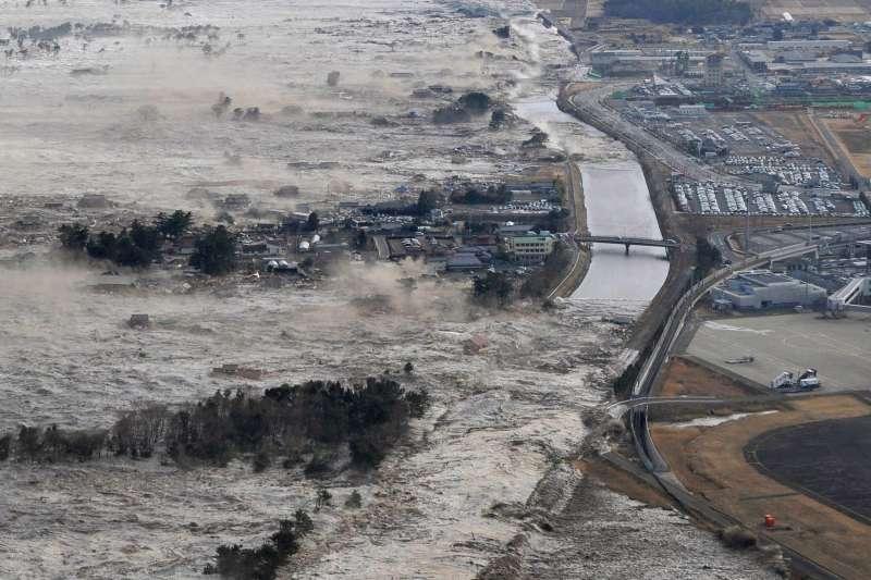 311浩劫十周年。圖為2011年3月,東日本大地震引發海嘯席捲福島第一核電廠,釀成福島核災。(AP)