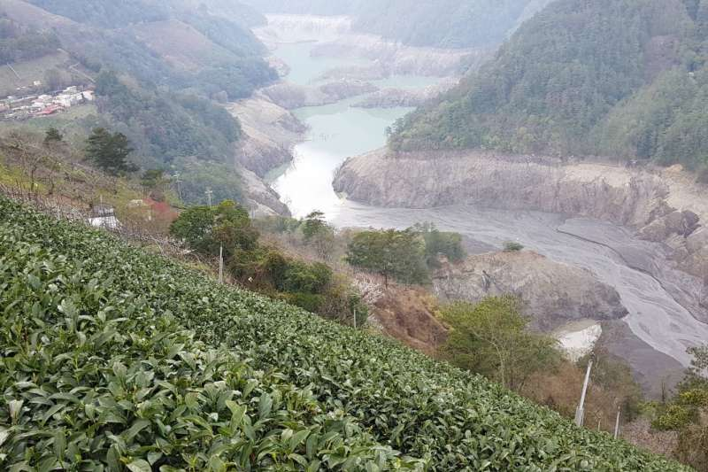 水庫水位持續下探,老天爺若遲不下雨,橙燈縣市新竹、嘉義、台南與高雄岌岌可危。圖為德基水庫。(讀者提供)
