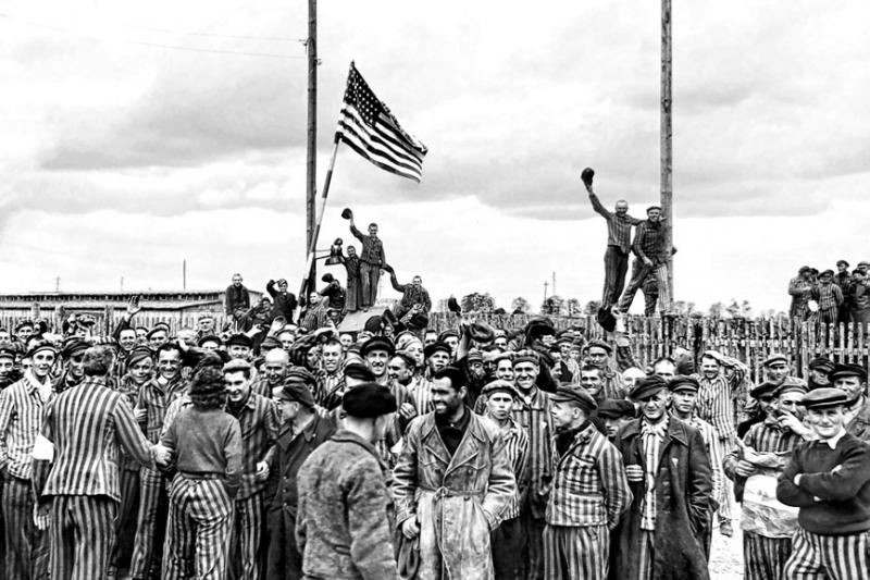 解放達豪集中營的美軍將士,目睹到眼前的慘況,難以忍受心中怒火是正常的。(美軍歐洲司令部)