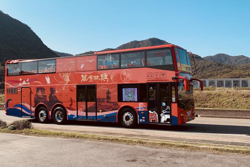 行駛在萬金石獨一無二的天窗景觀巴士「金包里號」,以萬金杜鵑的車貼圖案彩繪在車身上,真是美麗。(圖/新北市農業局提供)