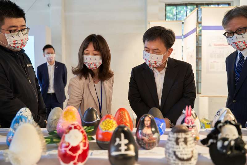 20210312-民進黨祕書長林錫耀12日率領領黨部主管參觀在華山創意園區舉辦的「311十周年東北友情特展」。(民進黨提供)