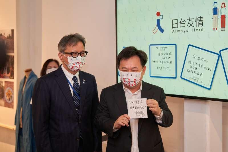 民進黨祕書長林錫耀(右)12日率領領黨部主管參觀在華山創意園區舉辦的「311十周年東北友情特展」。(民進黨提供)