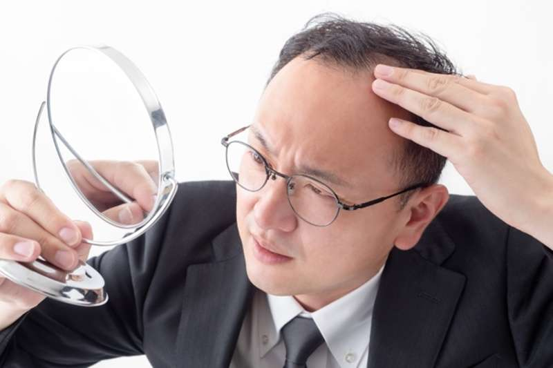 沈彥廷醫師指出,無論是先天、遺傳或後天因素,掉髮危機都有越來越年輕化的趨勢。(圖/取自photoAC)