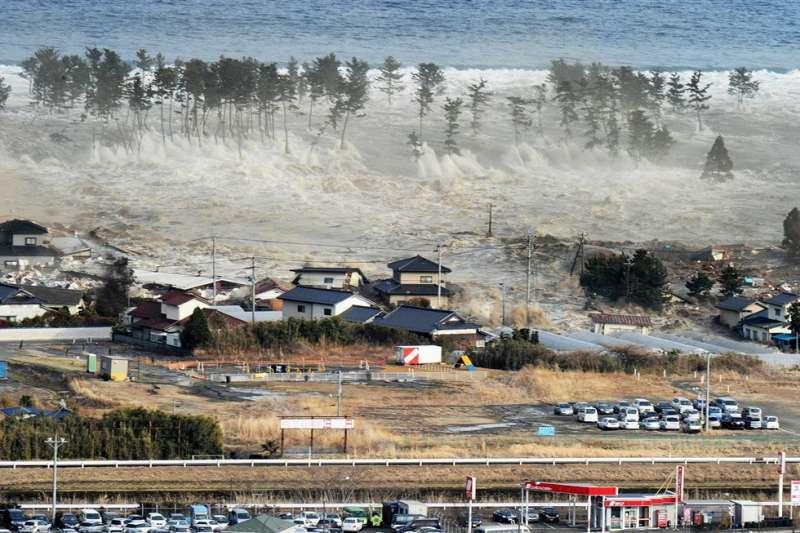 日本2011年3月11日發生大地震,一位NHK攝影記者因拍下海嘯吞沒沿岸驚心動魄的一幕,自責了10年。圖為當時宮城縣沿海海嘯狀況。(美聯社)