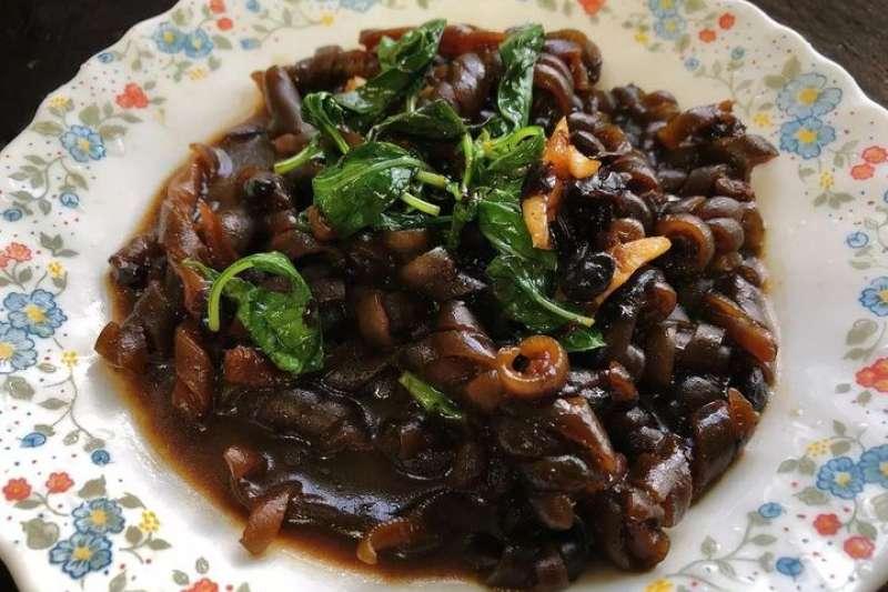 海茸可說是眾所皆知的便當菜,但你知道它是怎麼來的嗎?(圖/翻攝自臉書)