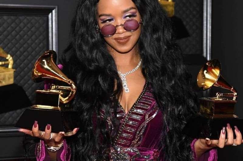 美國23歲節奏藍調創作女歌手H.E.R以I Can't Breathe一曲,拿下第63屆葛萊美獎最佳年度歌曲獎。(圖取自instagram.com/hermusicofficial)