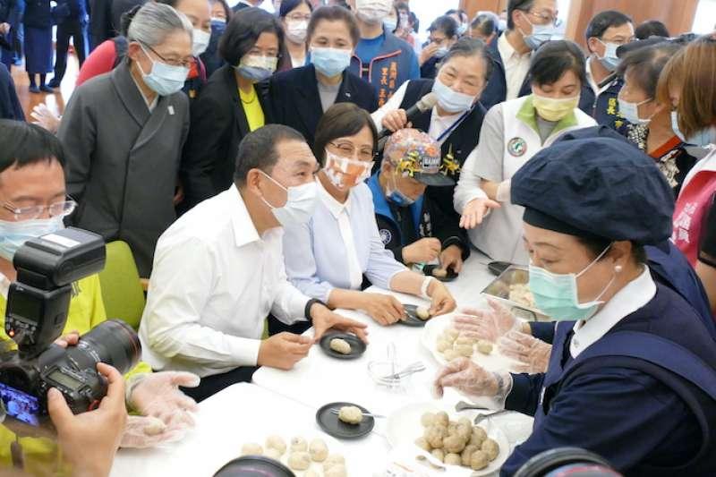 新北市長侯友宜在蘆洲公共托老中心品嘗長者手做美食。(圖/新北市衛生局提供)