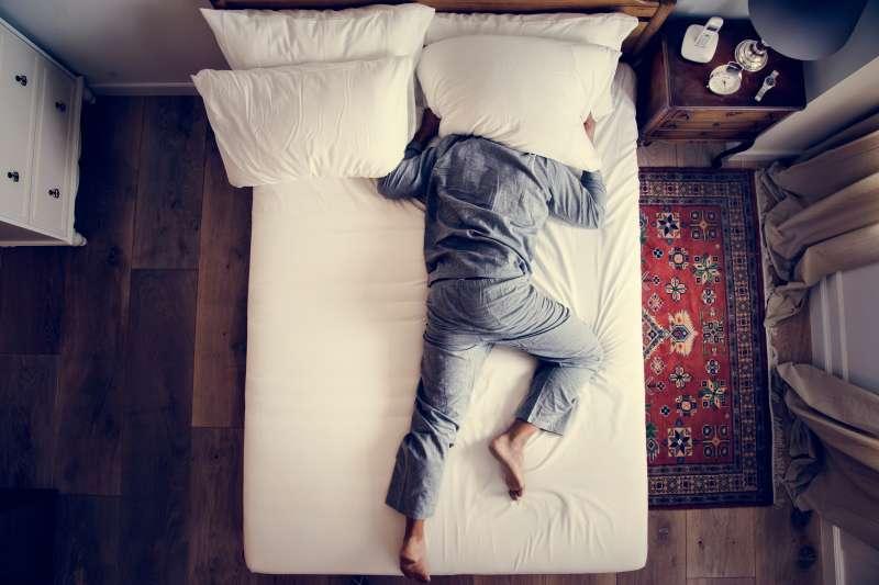 全台灣約有10%的人深受慢性失眠所苦。(圖/shutterstock)