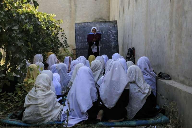 阿富汗教育部13日宣布撤銷禁止全國12歲以上女學生公開唱歌的決定。(AP)