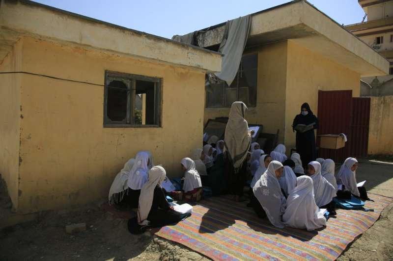 阿富汗、阿富汗女性、阿富汗女學生、阿富汗女權、伊斯蘭女性、教育部13日宣布撤銷禁止全國12歲以上女學生公開唱歌的決定。(AP)