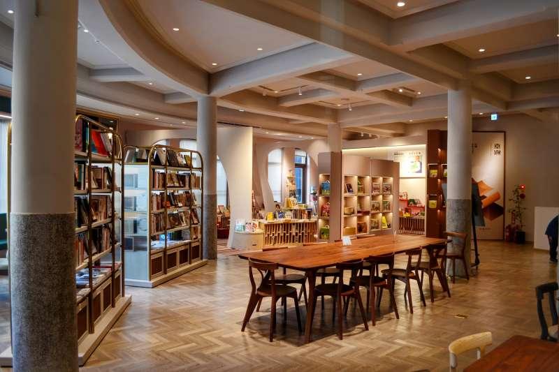 台中市舊城區呈現繽紛人文風貌-中央書局整修後,現今結合閱讀、展覽和餐飲等元素。(圖/台中市府觀旅局提供)