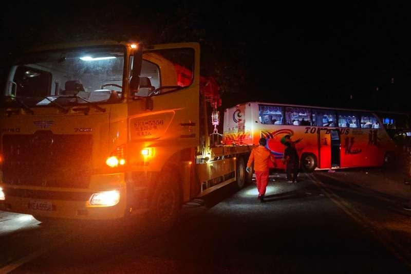 20210316-騰龍通運遊覽車16日在蘇花公路發生車禍。(公路總局提供)