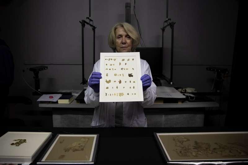 2021年3月16日,以色列考古專家展示新發現的「死海古卷」(Dead Sea Scroll)(AP)