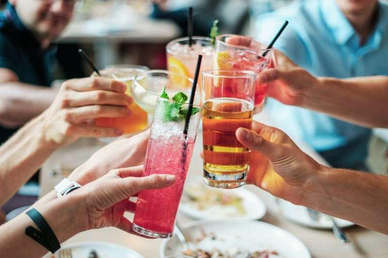 再見說cheers、乾杯說cheers、連道謝的時候也說cheers!老外常說的cheers到底該怎麼用。(圖/取自Pexels)