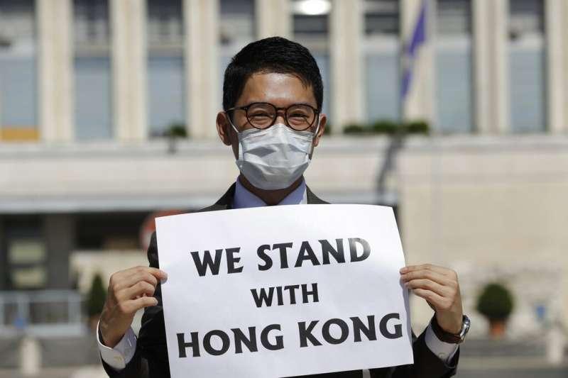 2020年8月25日在中義兩國外長會晤期間,香港民主活動人士羅冠聰在義大利外交部外對媒體講話向羅馬施壓。(美聯社)
