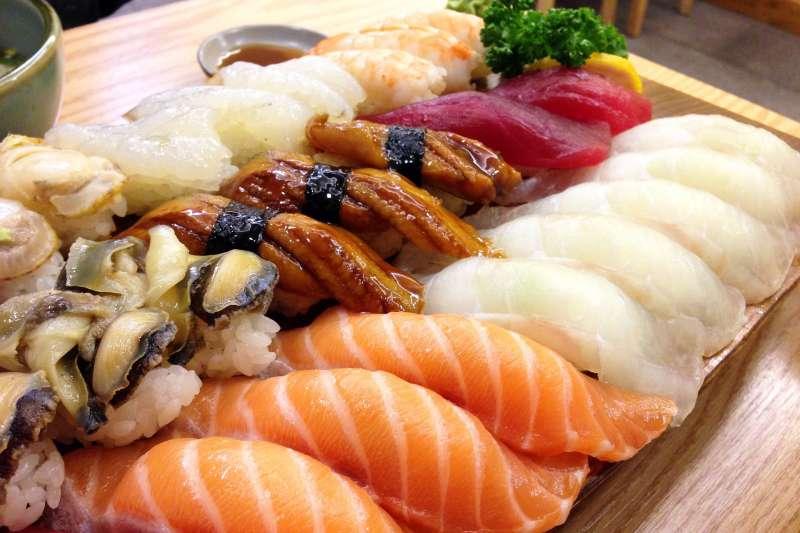 轉壽司餐廳「壽司郎」(スシロー)近日推出活動,凡姓名中有「鮭魚」則可免費吃到飽,沒想到吸引上百人改名換取免費夀司。(取自pixabay)