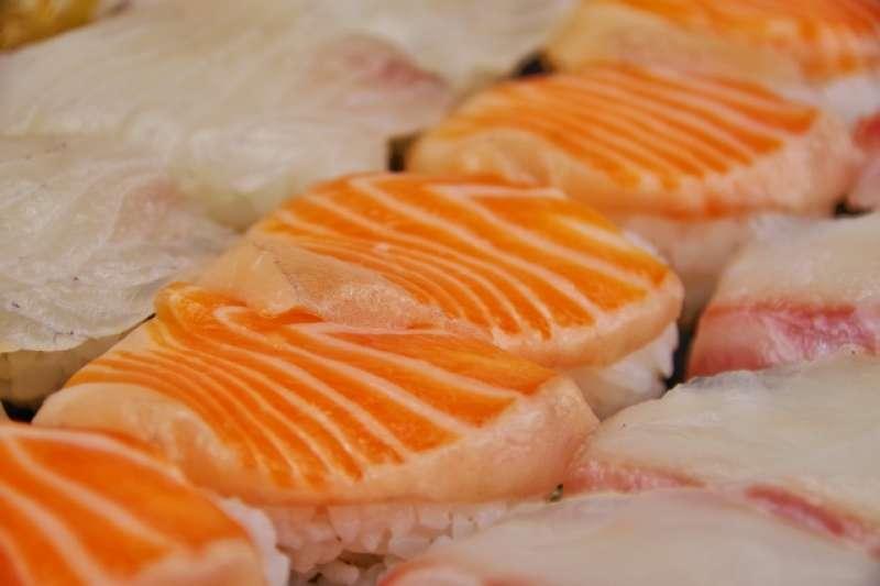 鮭魚含不飽和脂肪酸DHA,除可護腦、抗發炎和維持神經組織運作,更可以逆轉非酒精性脂肪肝!(圖/取自photoAC)