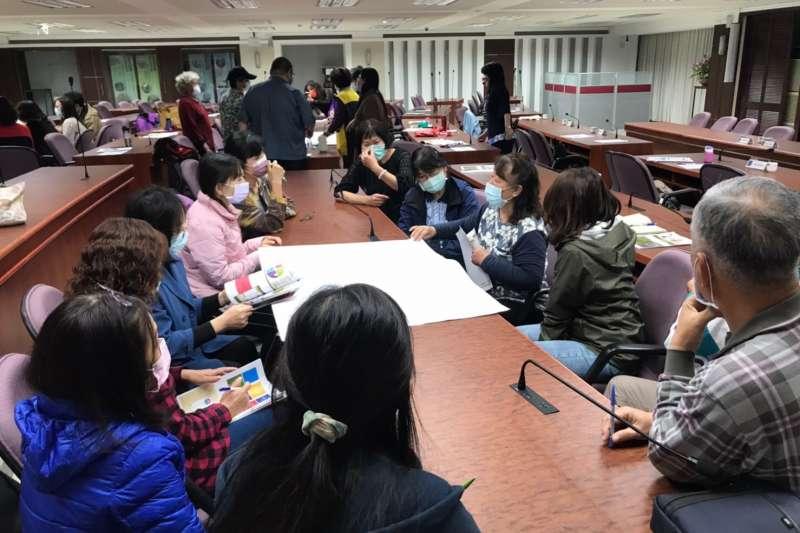 台中市客委會在「伯公照護站」,舉辦「伯公照護站-大細老嫩客家桌遊趣研習培訓活動」。(圖/台中市政府提供)