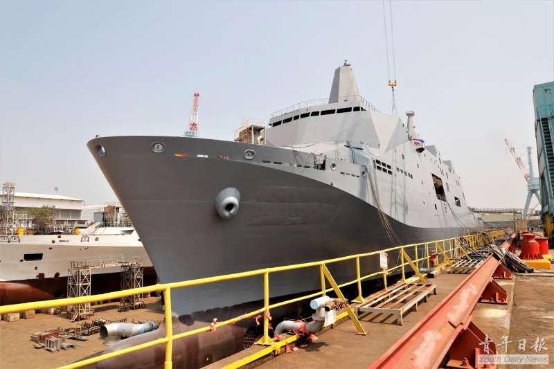 「新型兩棲船塢運輸艦」首艘原型艦18日舉行豎桅儀式。(取自青年日報)