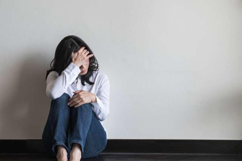 受到生理、心理、環境社會等因素相互影響,當個人的心理功能失調,無法面對生活壓力時,就可能罹患憂鬱症。(圖/取自pixabay)