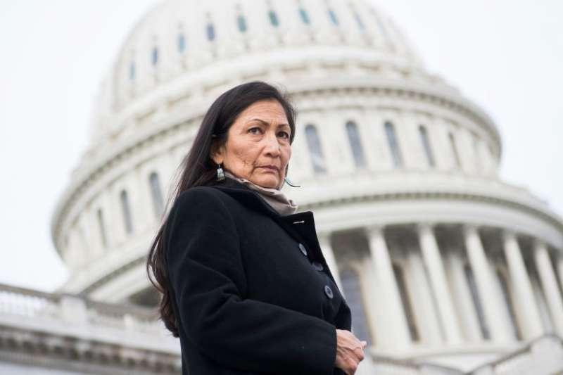 德布・哈蘭德(Deb Haaland)成為美國首位原住民背景的內政部長。(BBC中文網)