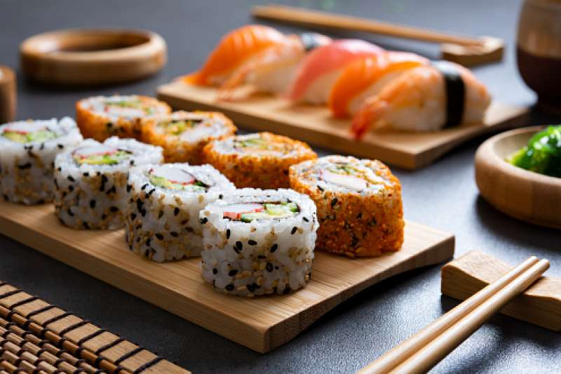 日前知名壽司業者推出名字有「鮭魚」二字,便能免費享用餐點的促銷活動,吸引部分民眾相繼改名,引發一波「鮭魚之亂」。(示意圖/取自pixabay)