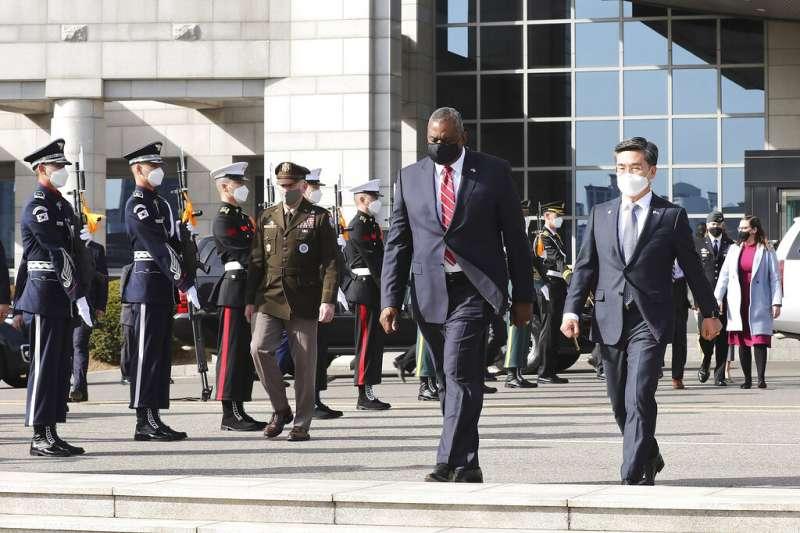 美國國防部長奧斯丁與南韓國防部長徐旭一同檢閱儀仗隊。(美聯社)