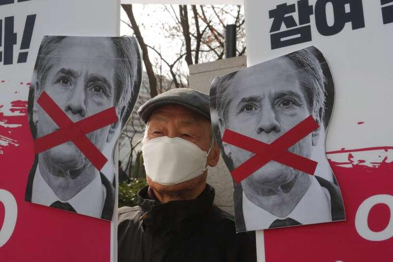 拜登政府的重臣布林肯與奧斯丁來訪,不過反美的南韓民眾在外交部大樓外舉牌抗議,反對韓國加入「四方安全會談」(QUAD)。(美聯社)