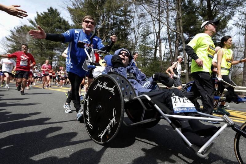 家有身障手足,就多一門人生功課。圖為美國馬拉松界傳奇狄克賀特(後者,Dick Hoyt)曾推著坐輪椅的兒子參加運動競賽,激勵數千跑者、父親及身障運動員。(AP)