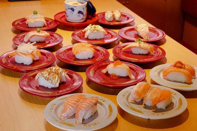 近日壽司郎推出的優惠活動,吸引大批民眾接連改名「鮭魚」。(圖/鬼才阿水提供)