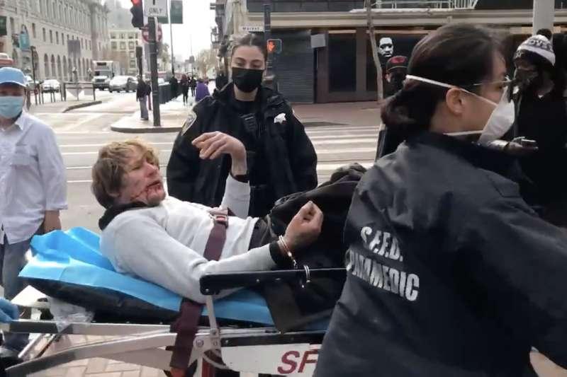 舊金山一位說粵語的76歲老婦謝曉真(Xiao Zhen Xie,譯音)17日在鬧區遇襲,不過她也奮力拿木板反擊白人嫌犯,讓對方被打趴送醫。(翻攝網路)