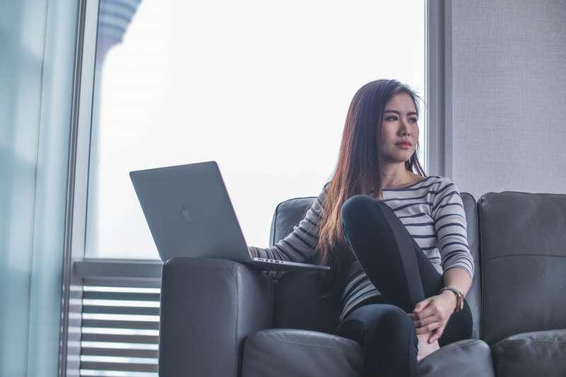 一名25歲年輕女網友認為定期險老了之後保費很貴,又有最高續保年齡,很猶豫是否該投保。(示意圖/取自Unsplash)